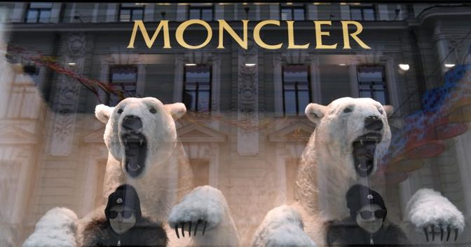 Azioni Moncler: Titolo tenta la risalita dopo il crollo di venerdì
