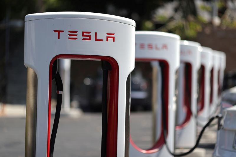 Tesla annuncia uno split delle sue azioni 5-1, il Titolo vola di nuovo