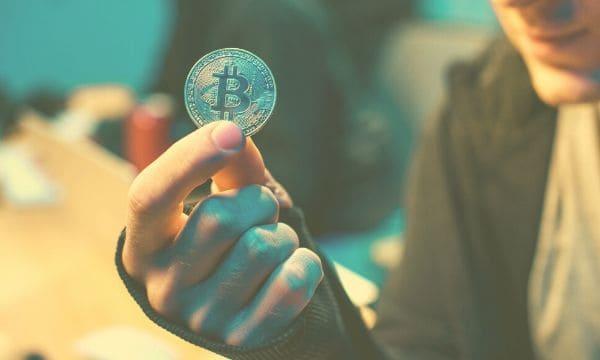 Bitcoin sale sopra i 10400 dollari, poi ritraccia