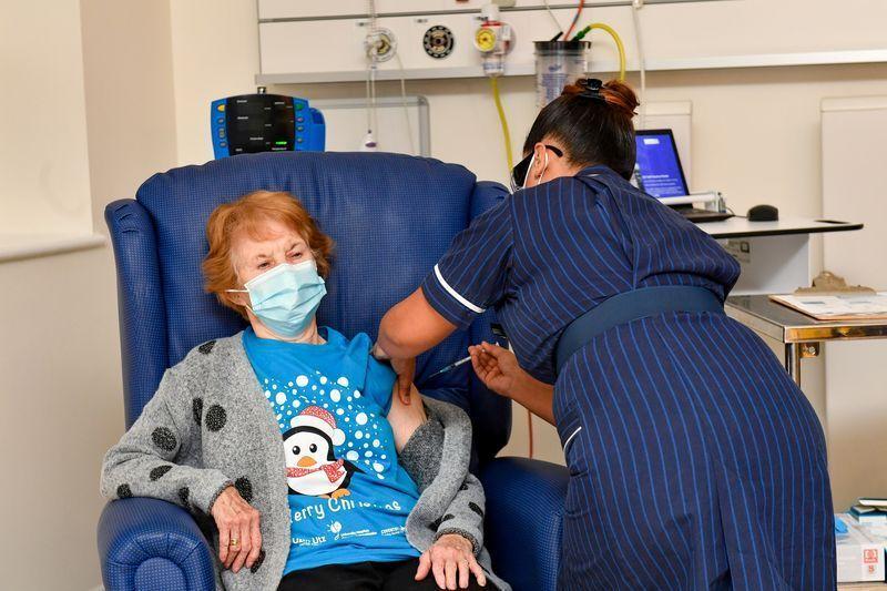 Pfizer, un'anziana britannica la prima al mondo ad ottenere il vaccino