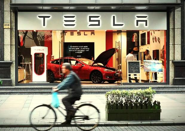 Tesla, Musk risponde alle restrizioni cinesi sui suoi veicoli