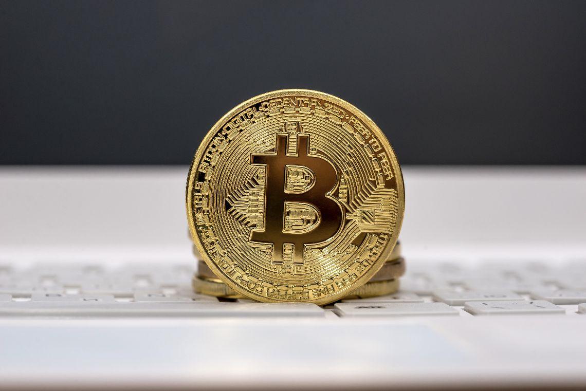 Bitcoin scende ancora, prezzo dimezzato dal picco di Aprile