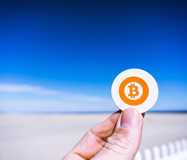 Come funzionano i bitcoin: la crypto crolla ancora, ma l'interesse sale